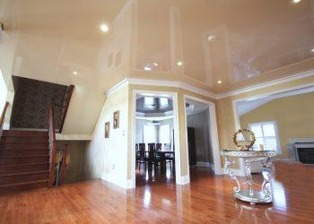 Приукрасить потолок в зале с помощью современных натяжных потолков