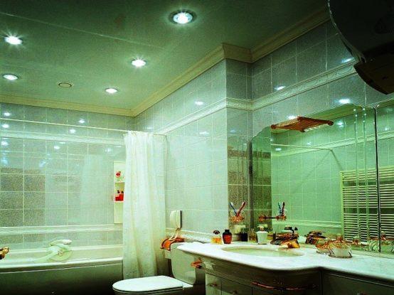 Какой натяжной потолок лучше всего установить в ванную комнату