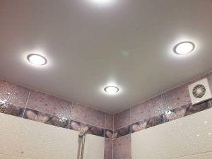 Natyazhnye-potolki-v-tualet4