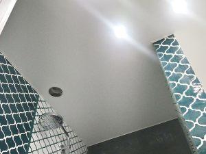 Natyazhnye-potolki-v-tualet6