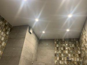 Natyazhnye-potolki-v-tualet9