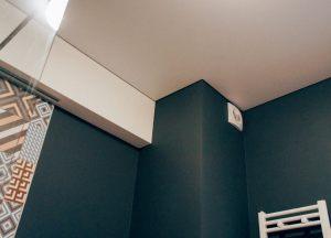 Natyazhnye-potolki-v-tualet