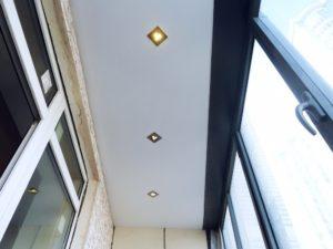 Как выбрать освещение для натяжного потолка на лоджии?