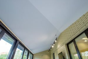 Плюсы и минусы натяжного потолка на лоджии