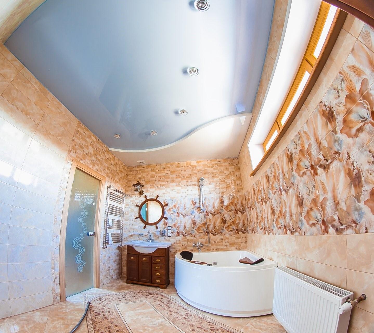 Натяжные потолки в туалет
